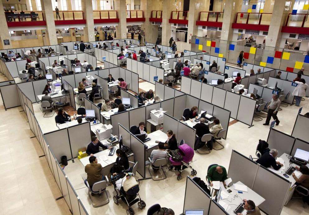 La democracia española a cuadruplicado el número de funcionarios mientras que la población apenas se a duplicado en 35 años.